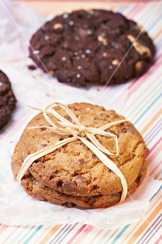 White and dark chocolate cookies
