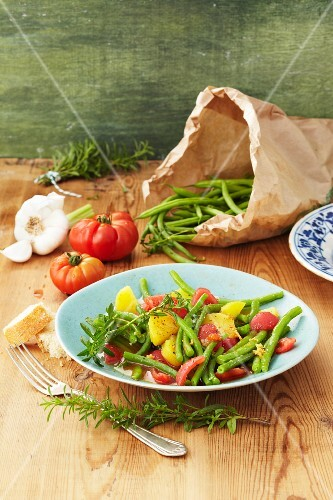 Green beans with tomatoes, potatoes and garlic