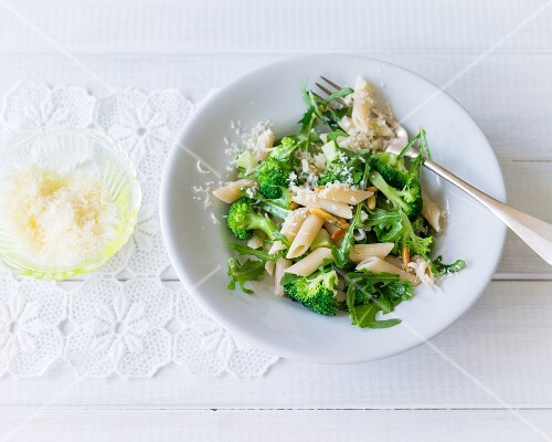 Spelt pasta with broccoli, rocket and pine nuts