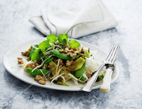 Rice noodles with green vegetables and meat
