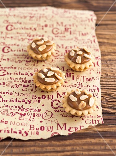 Mini cupcakes with caramel cream and almonds (Christmas)