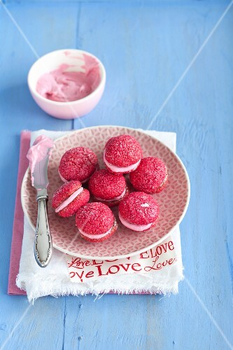 Pink amaretti with mascarpone cream