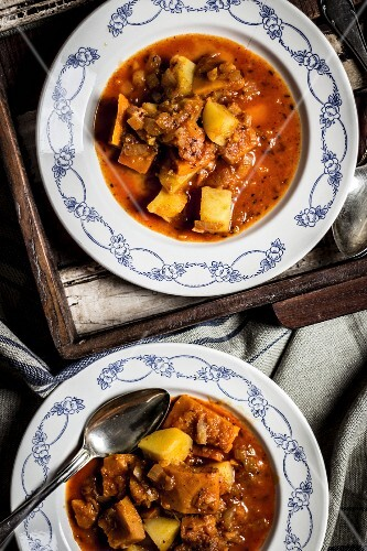 Pumpkin goulash with potatoes (seen from above)