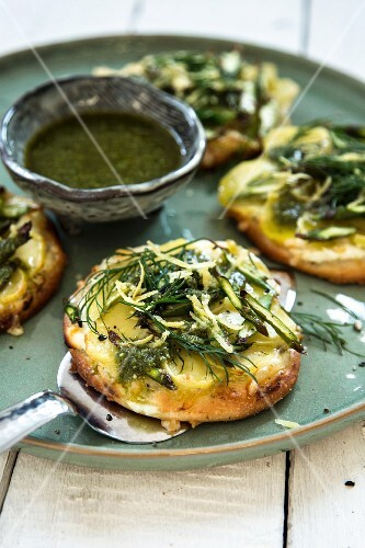 Mini pizzas with green asparagus and pesto