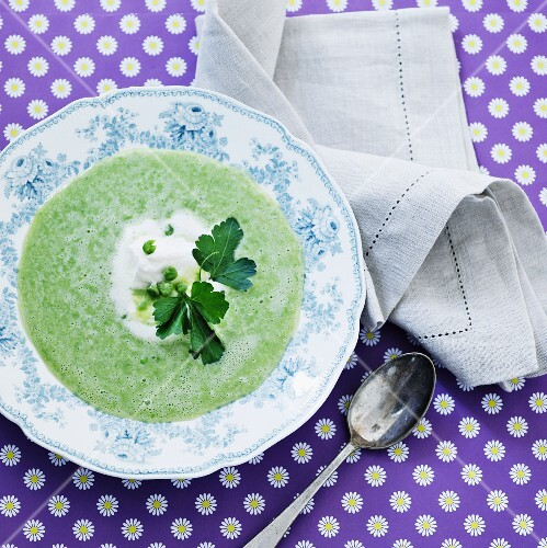 Green pea soup with cream and parsley (seen from above)