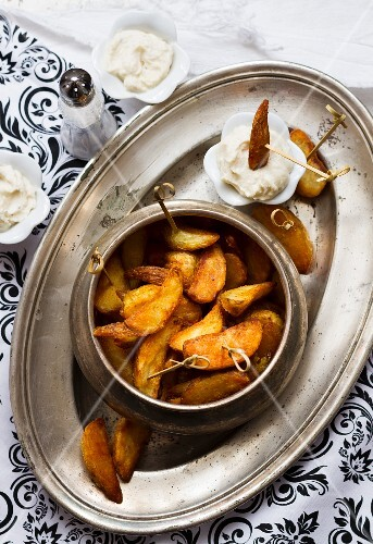 Spicy potato wedges with a sour cream dip
