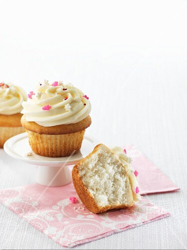 Vanilla cupcakes, whole and halved