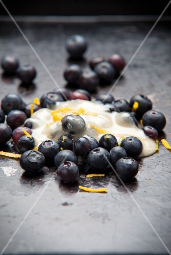Blueberries with honey, yogurt and lemon zest