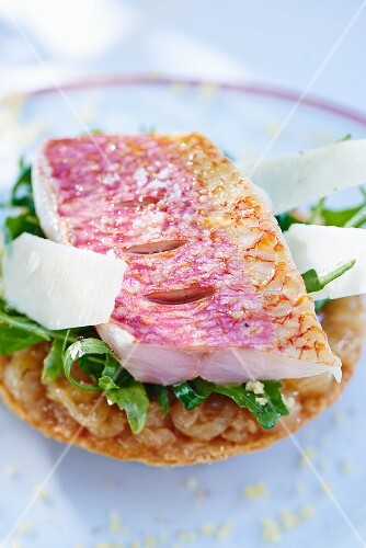 Red mullet fillet on a bed of rocket and sautéed onions
