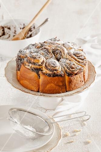 Mohnschnecken-Kuchen mit Puderzucker