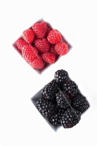 Blackberries and raspberries in bowls
