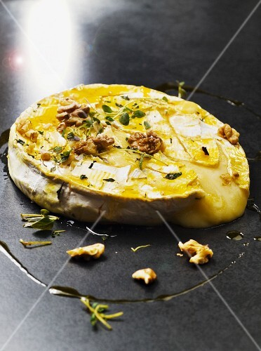 Baked brie with honey, walnuts and thyme