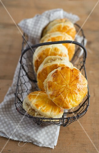 Mini galettes des rois in a wire basket