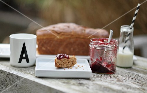 Spelt bread with marmelade and milk