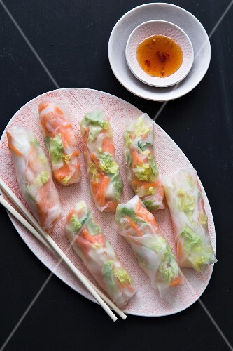 Vegetable-filled spring rolls with spicy chilli sauce