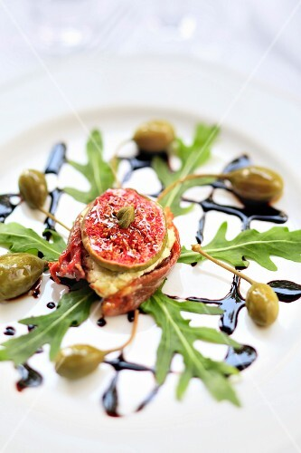 Figs with goat's cheese with dried tomatoes, rocket and caper fruits