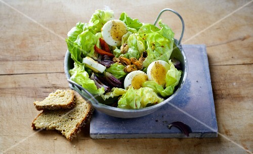 Lettuce with onions, eggs and mussels