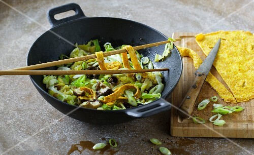 Pointed cabbage with shiitake mushrooms and stir-fried omelette strips