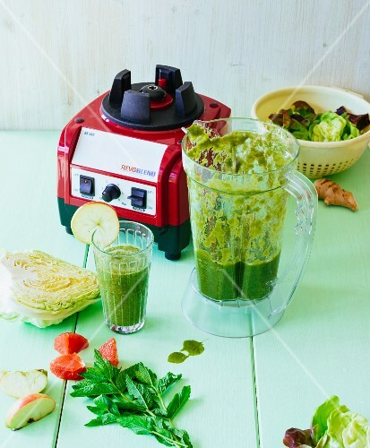 Pointed cabbage and grapefruit smoothie with apple, pear, banana, batavia lettuce, chickweed and mint