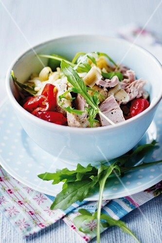 Salad with rocket, tuna fish, artichokes and peppers
