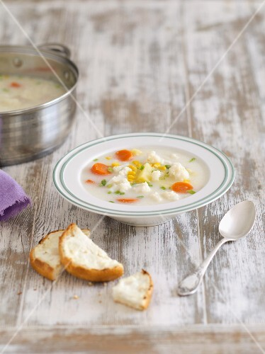 Cauliflower soup with potatoes and sweetcorn