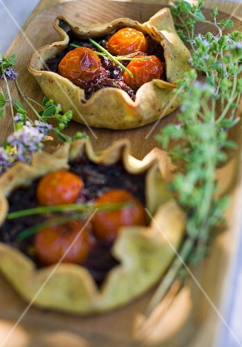 Pesto tartlets with onion confit and cherry tomatoes