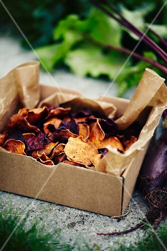Beetroot crisps in a box