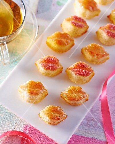 Pastry lips with icing sugar