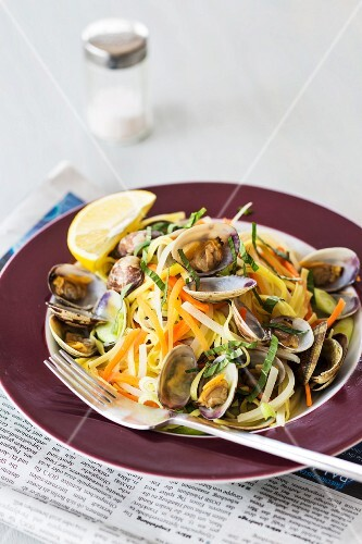 Linguine with clams and vegetables