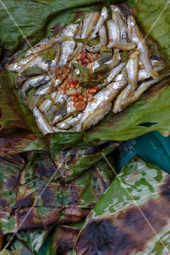Fish with chillis and herbs in a banana leaf (Thailand)