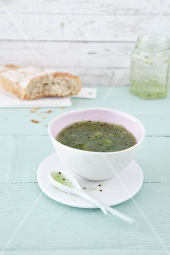 Quick kiwi jam, cold-stirred