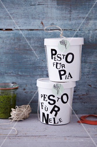 Pesto in labelled soup-to-go cups as a gift