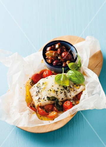 Fish in parchment paper with tomatoes, basil and olives