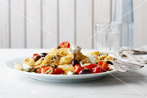 Quick tomato linguine with black olives, capers and ricotta