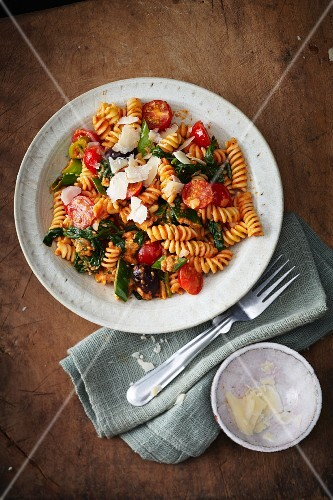 Fusilli with spinach, cherry tomatoes and a red pepper sauce