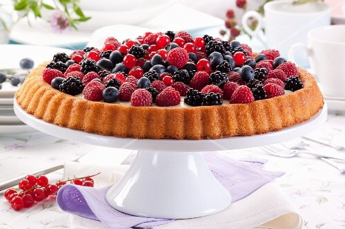 Tart with vanilla cream and fresh berries