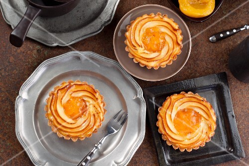 Quark tartlets with peaches (seen from above)