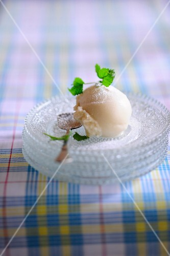 Lemon sorbet with icing sugar and mint