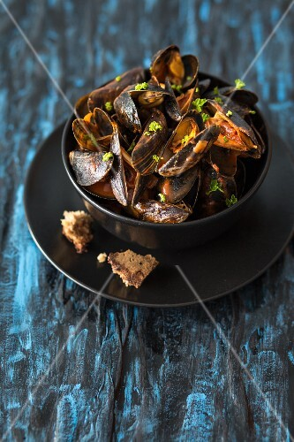 Mussels in a tomato sauce with white wine and parsley