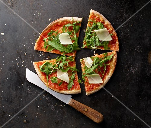 Pizza Margherita with rocket and Parmesan