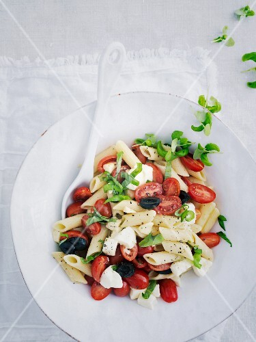 Penne with tomatoes, olives and mozzarella