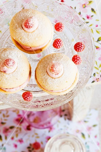 Whoopie pies with raspberries