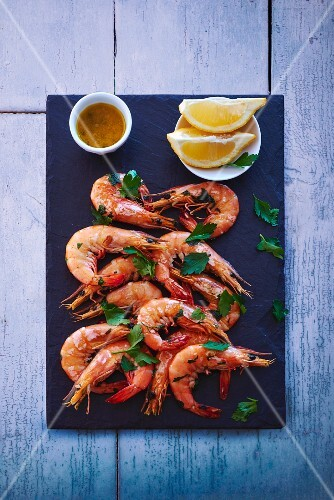 Fried prawns with parsley and lemons