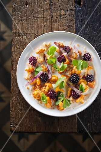 Chanterelle mushroom salad with blackberries (seen from above)