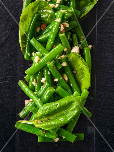Spinach and bean salad with chopped nuts