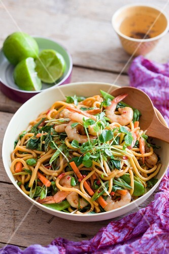 Noodle salad with king prawns and limes (Thailand)