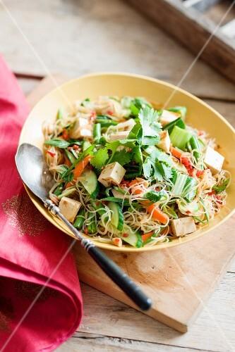Nudelsalat mit Tofu, Gemüse und Koriandergrün (Asien)