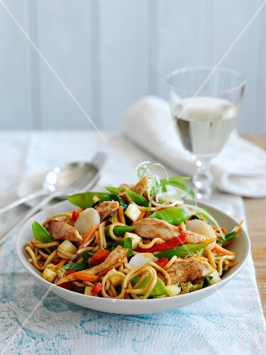 Oriental noodles with chicken and vegetables