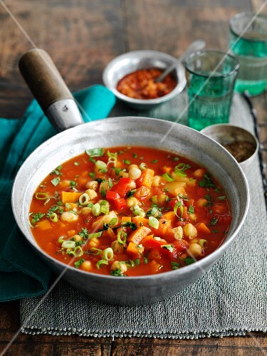 Vegetable soup with chickpeas, tomato and chicken (Morocco)