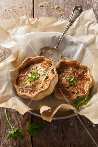 Spicy mini quiches with cheese and parsley